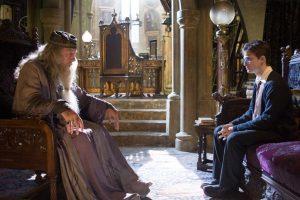 La historia de Dumbledore es muchísimo más oscura de lo que se ve en las películas: Su hermana, Ariana, quedó con su magia incontrolable. Esto mató a la madre, Kendra. Fuera de eso, en un duelo contra Gellert Grindelwald, la niña terminó muerta. Foto:vía facebook.com/HarryPotterUK. Imagen Por: