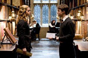 """A diferencia de todos sus amigos y conocidos que practicamente se """"graduaron"""" sin título oficial luego de la Batalla de Hogwarts, Hermione sí regresó a culminar su séptimo año Foto:vía facebook.com/HarryPotterUK. Imagen Por:"""