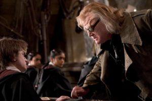 Luego de que Dumbledore rechazara a Voldemort para el puesto de profesor de Defensa contra las Artes Oscuras, ningún maestro duró más de un año en el puesto Foto:vía facebook.com/HarryPotterUK. Imagen Por: