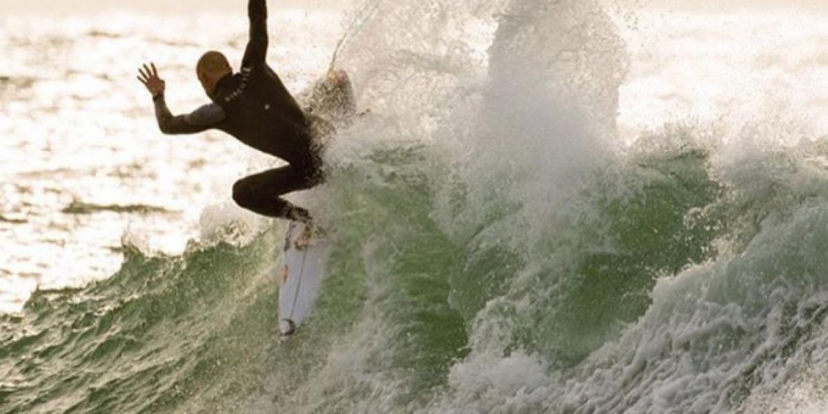 Surfista campeón del mundo sufre ataque de tiburón en plena competencia