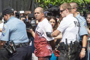 Un hombre fue detenido por protestar con sangre falsa Foto:AFP. Imagen Por: