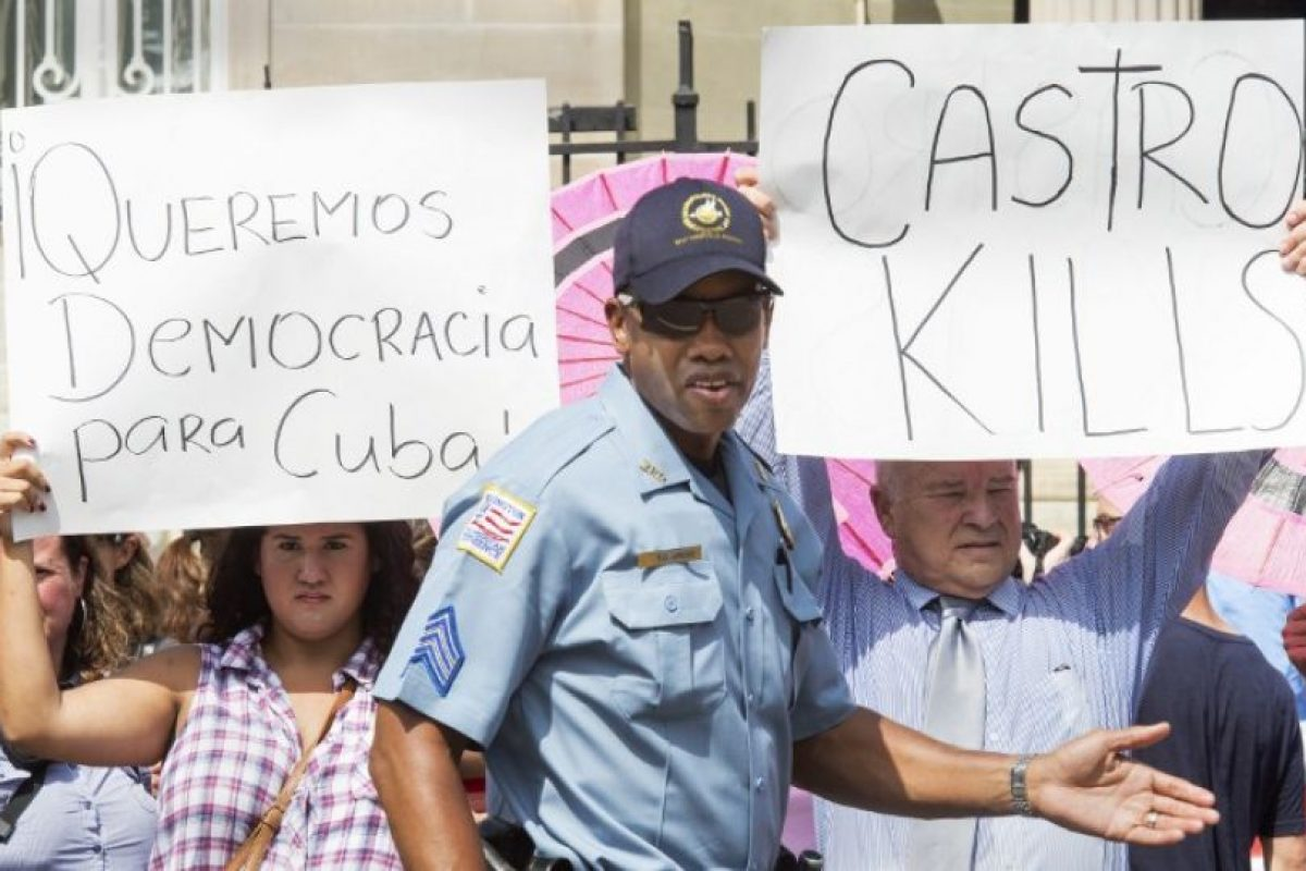 Hubo consignas en contra de los Castro cuando se izaba la bandera en Washington DC Foto:AFP. Imagen Por: