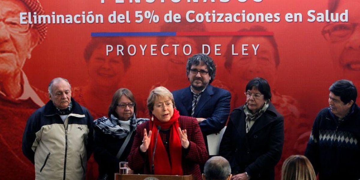 Bachelet firma proyecto que elimina cobro a jubilados por Salud