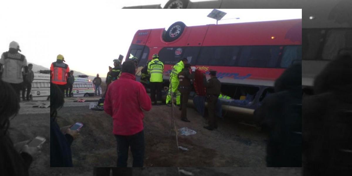 Volcamiento de bus deja tres muertos en la Ruta 5 Norte