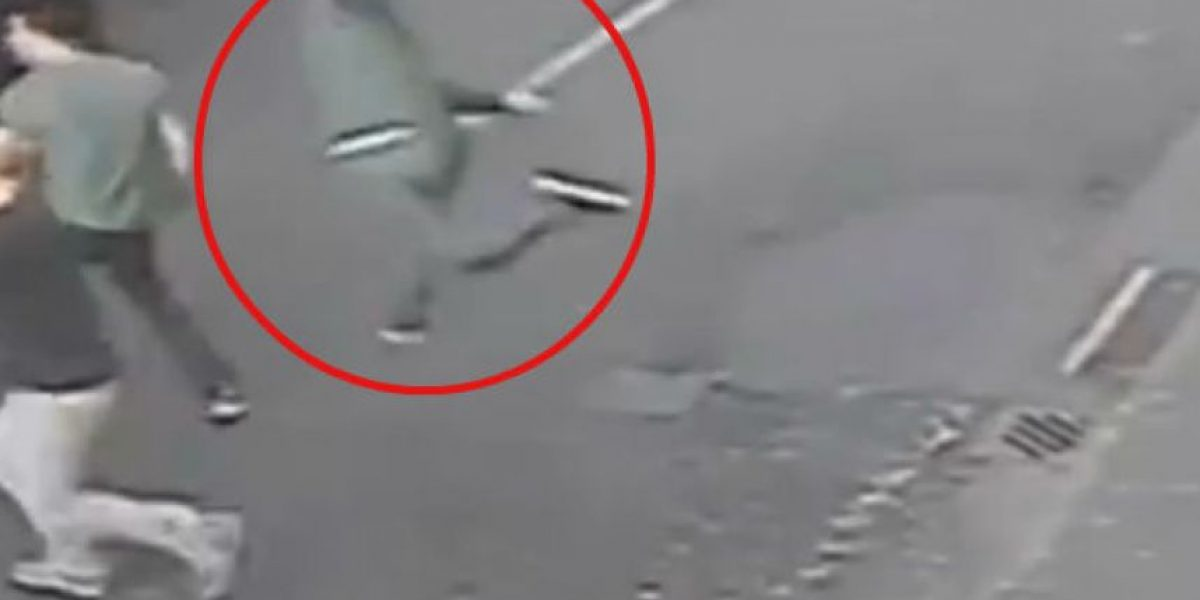 VIDEO: Hombre intenta golpear a su adversario y comete un