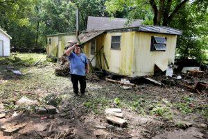 Sin embargo, la corriente del agua arrastró su casa rodante. Foto:AP. Imagen Por: