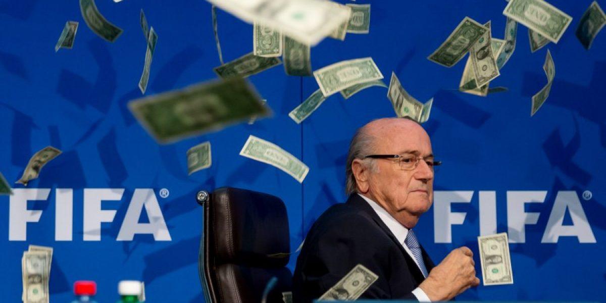 Comediante lanza billetes a Joseph Blatter en reunión de la FIFA