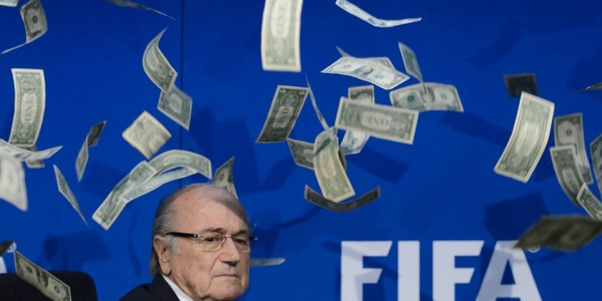 En su cara: Comediante interrumpió conferencia de Blatter para lanzarle billetes