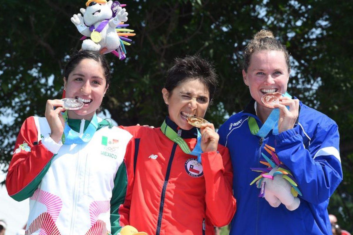 Paola Díaz de México fue plata (izquierda), Bárbara Riveros ganó oro (centro) y Flora Duffy de Bermudas obtuvo bronce (derecha). Foto:Getty Images. Imagen Por: