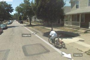 Ahora el pobre anda castigado. No quizás como este ladrón de bicicletas. Foto:vía Google Street View. Imagen Por: