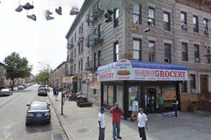 Pobre hombre. Se llama Donny Riding. Y ahora su foto es tan popular como las de los dealers y demás criminales que han sido famosas en Google Street View. Foto:vía Google Street View. Imagen Por: