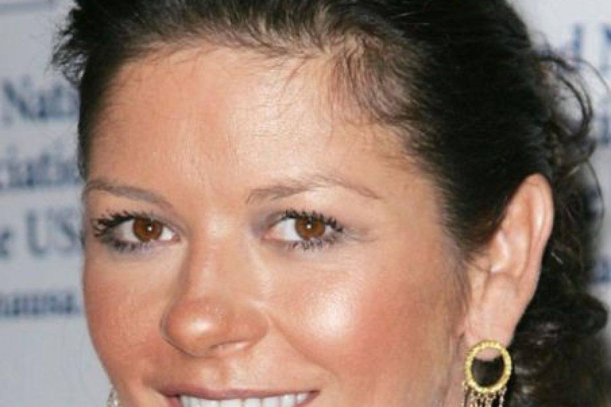 Catherine Zeta Jones con el peor maquillaje del mundo (si tienen la piel grasosa no lo arruinen con polvos bronceadores equivocados, ¿sí?) Foto:vía Getty Images. Imagen Por: