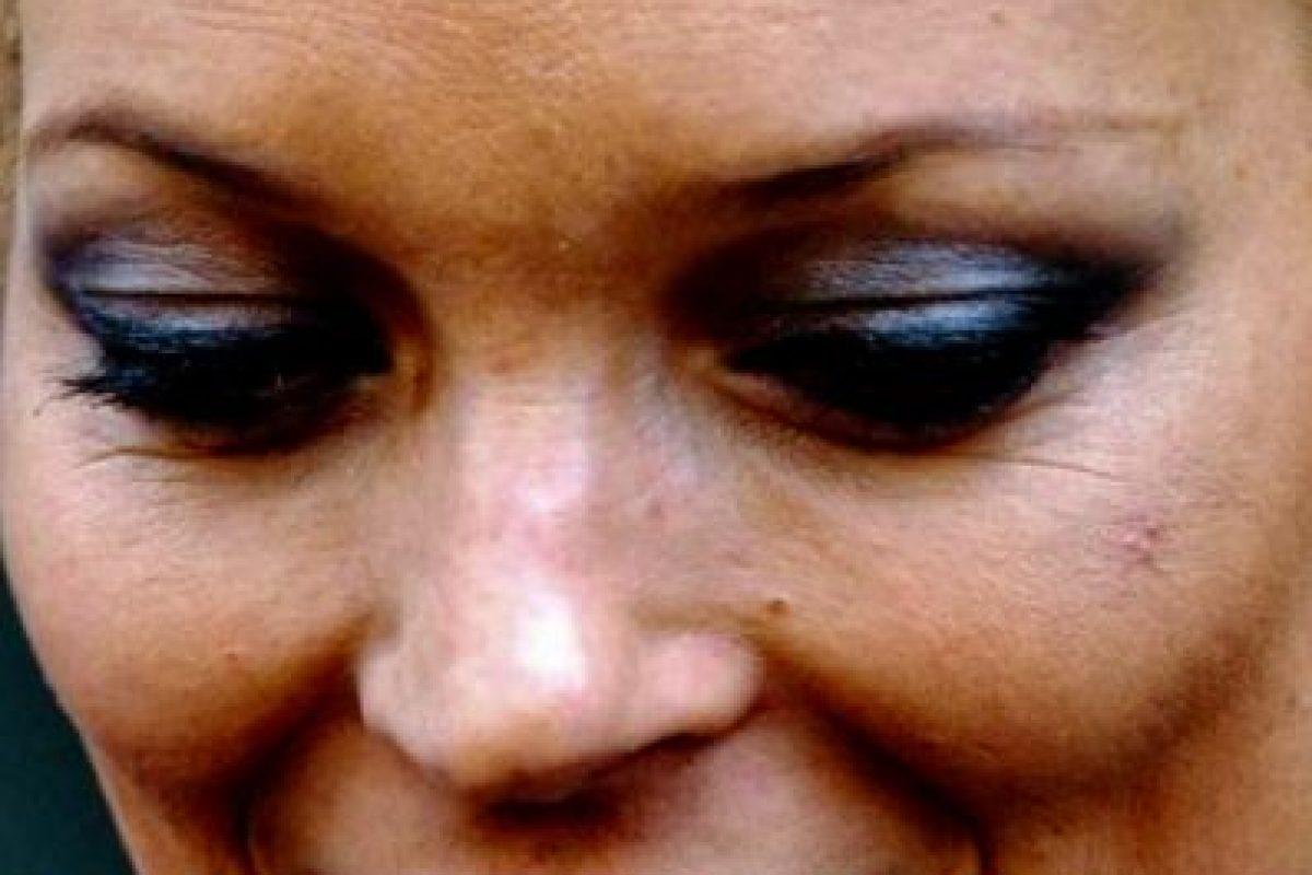 ¿Es su ex disfrazado de Jack Sparrow con sombra metálica? ¡No! Es tía Kate Moss demostrando por qué los excesos matan y en vez de alcohol deberías tomar agua para sanear tu organismo. Foto:vía Grosby Group. Imagen Por: