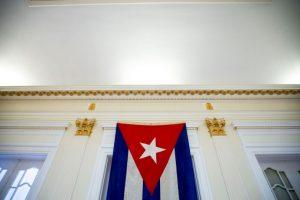 La bandera arriada en 1961 regresó a la embajada 54 años después Foto:AP. Imagen Por: