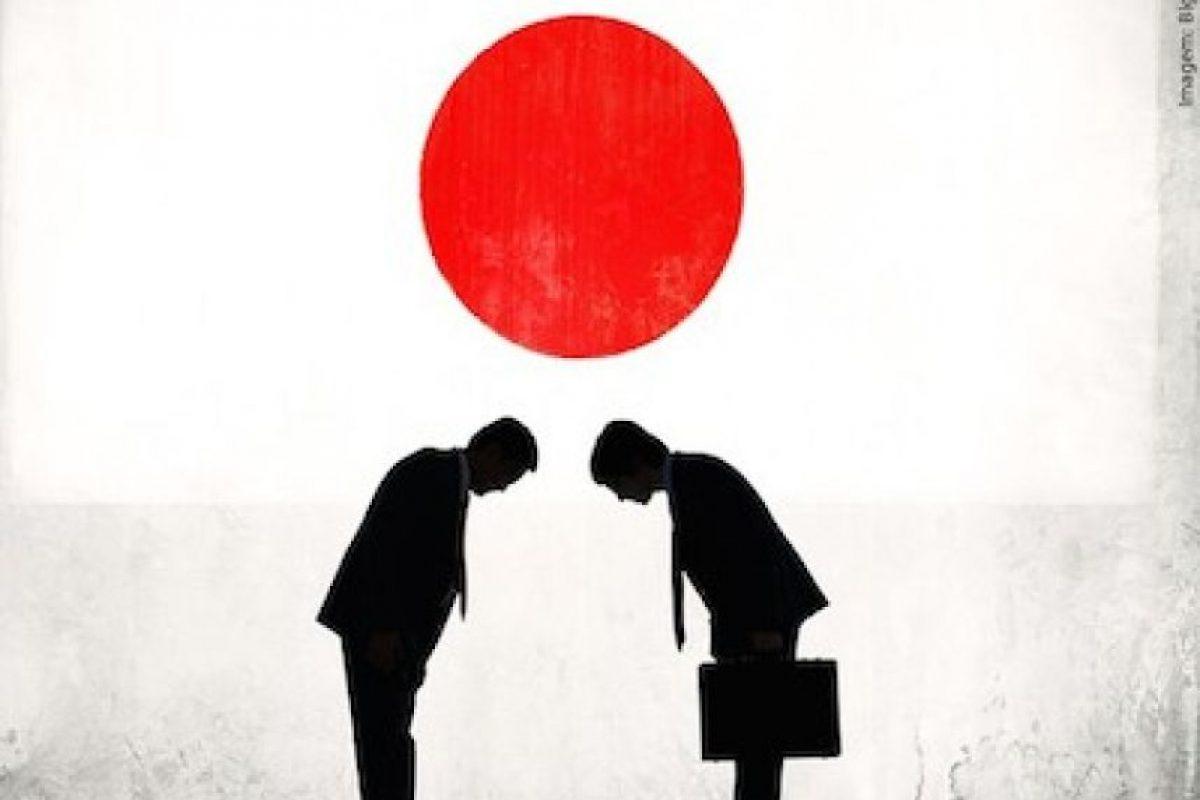 Si es hombre, inclinará la cabeza son los brazos pegados al cuerpo Foto:Instagram.com/danisansushi. Imagen Por: