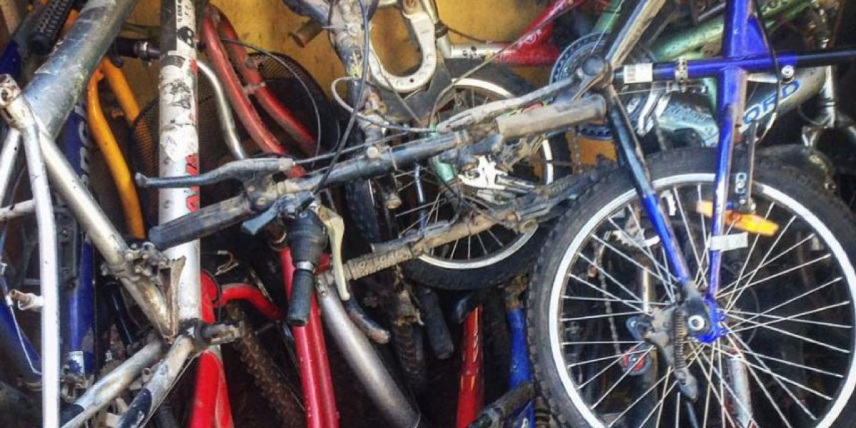 Amigos reciben bicicletas viejas y las reparan gratis para los niños