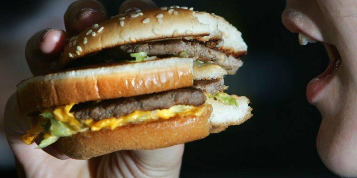 Niña prefiere comer arena y plasticina en vez de hamburguesas