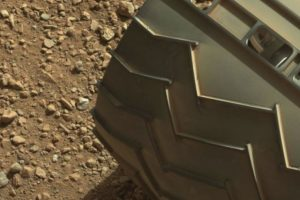 """El """"dedo"""" está en la parte superior izquierda de la imagen Foto:NASA. Fotografía original en http://mars.jpl.nasa.gov/msl-raw-images/msss/00003/mcam/0003ML0000125000E1_DXXX.jpg. Imagen Por:"""