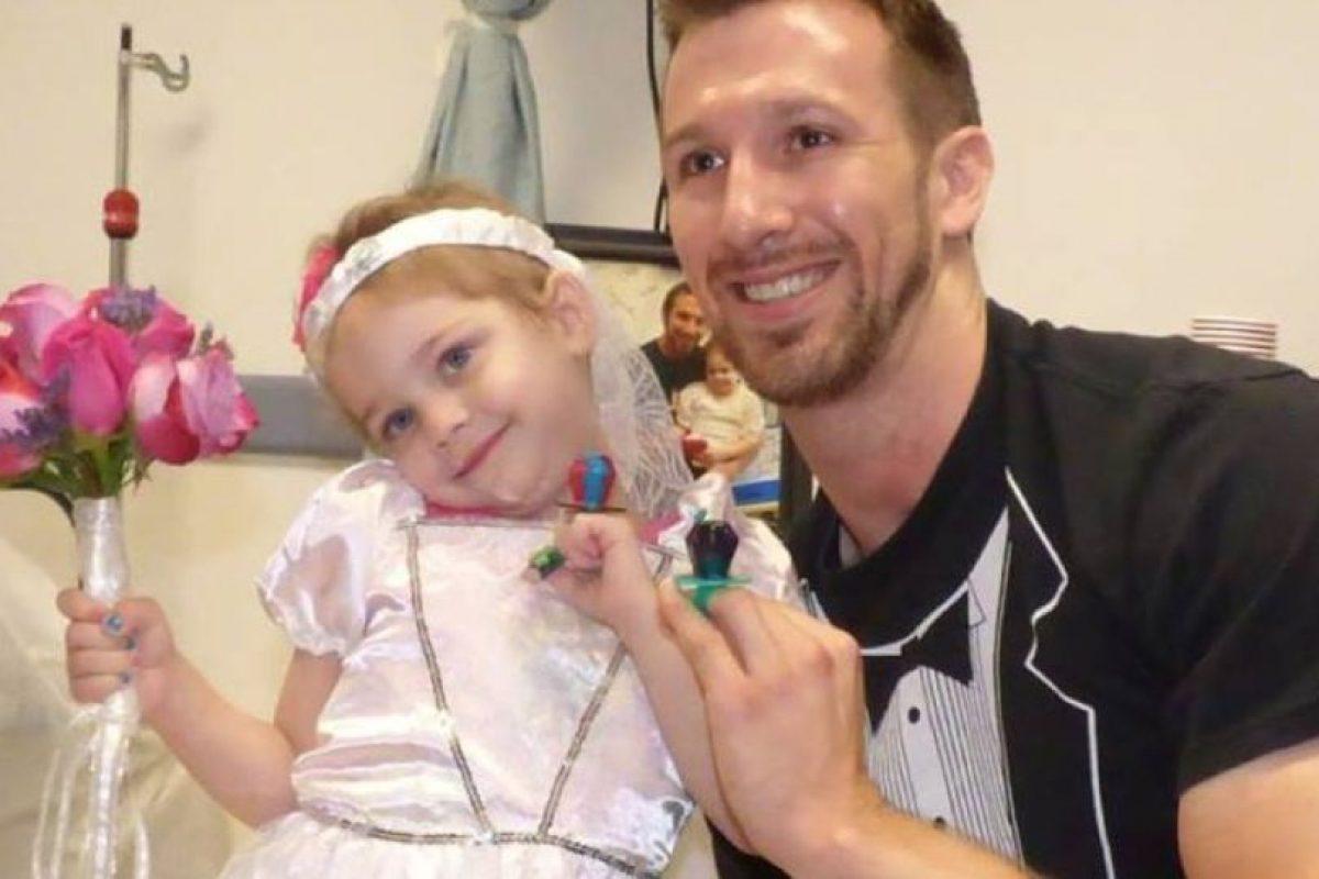Lo hizo con su enfermero Matt Hickling. Foto:vía Amazing Abby/Facebook. Imagen Por:
