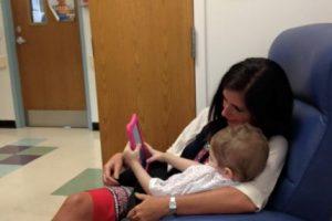 Tiene que tomar pastillas para la quimioterapia. Foto:vía Amazing Abby/Facebook. Imagen Por: