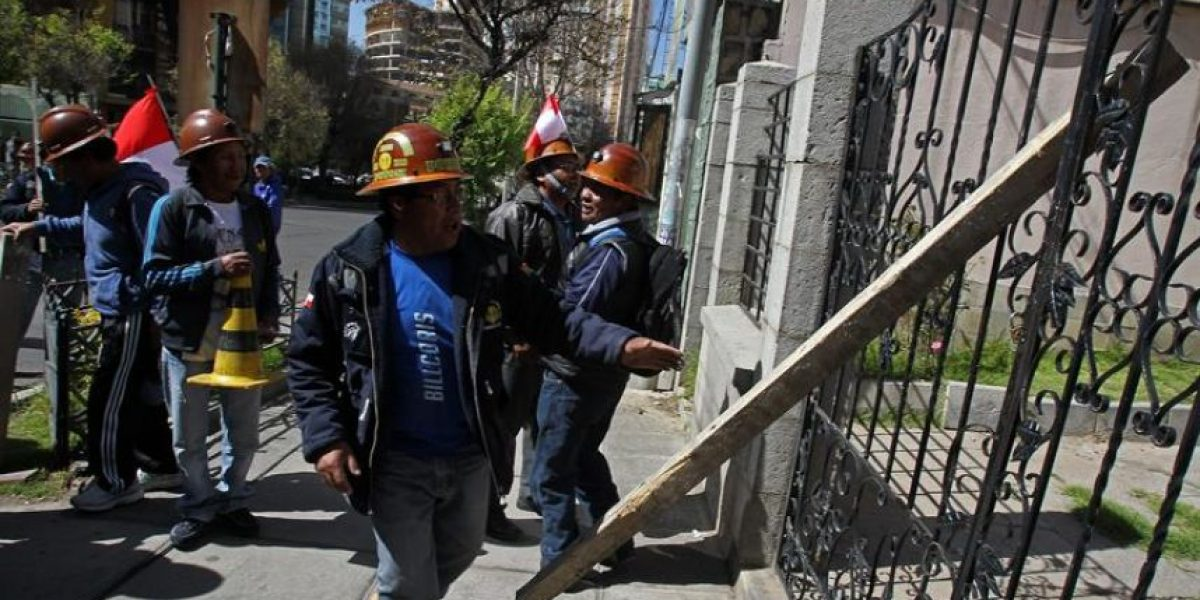 Mineros bolivianos lanzan dinamita contra edificio del Ministerio de gobierno