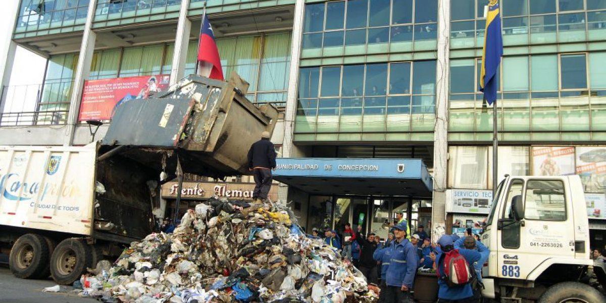 Recolectores de basura vacían camión en plena Municipalidad de Concepción