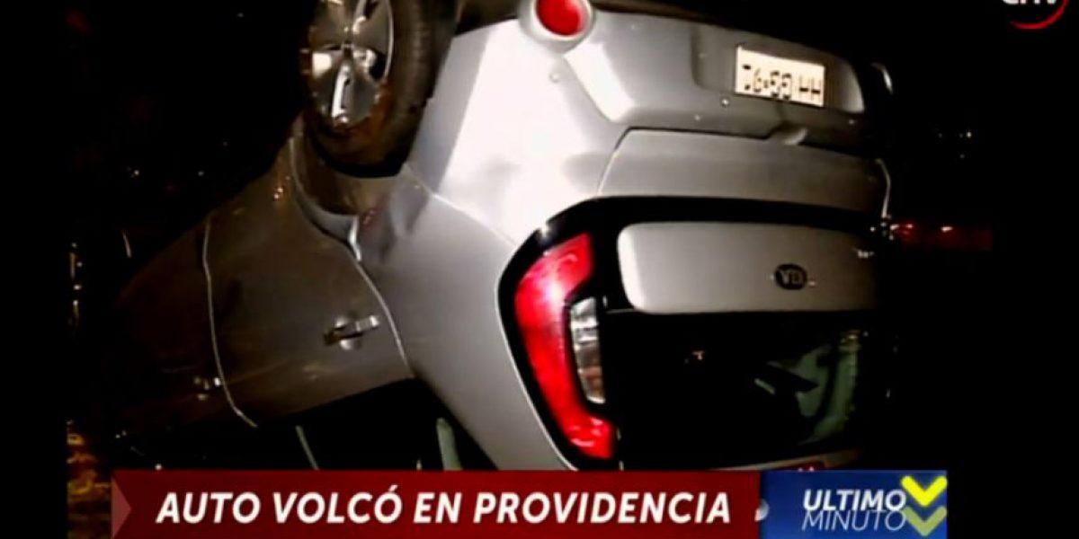 Auto se volcó en Providencia: se investiga exceso de velocidad