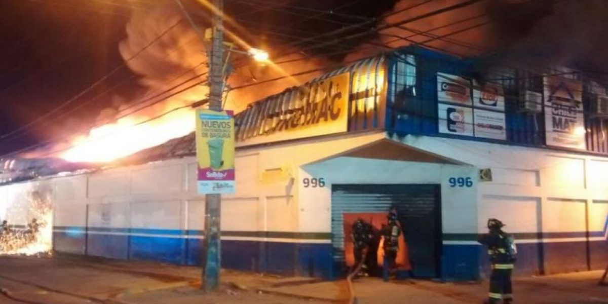 Incendio consumió ferretería en San Bernardo