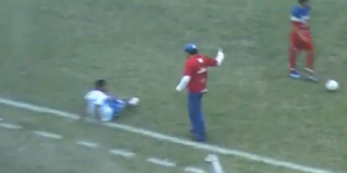 No se aguantó: ¡DT le pegó patadón a un rival para detener la jugada!