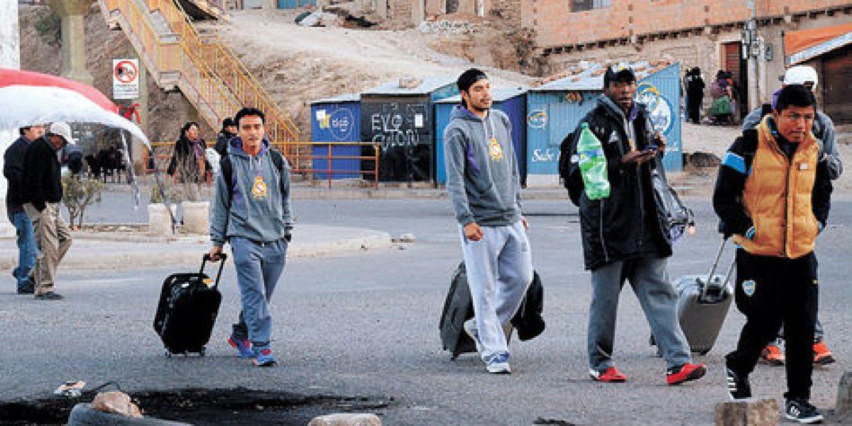 Equipo boliviano tuvo que caminar 15 kilómetros para salir de ciudad bloqueada