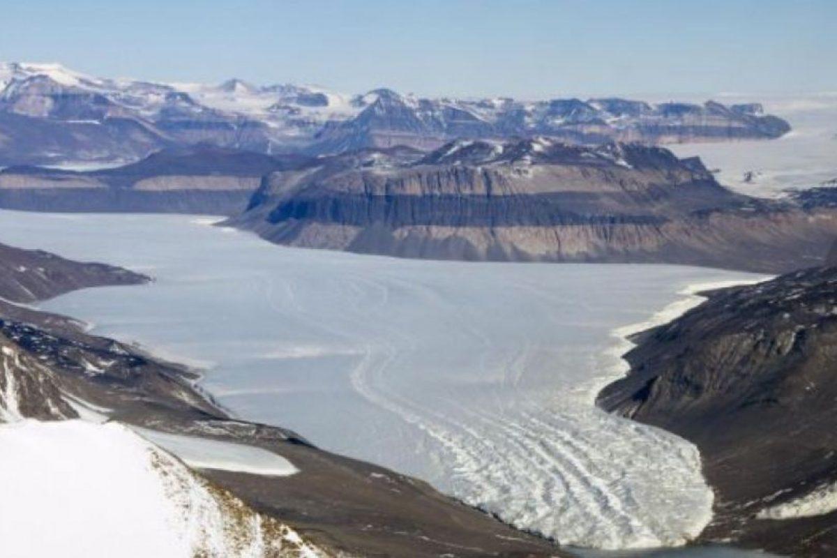 Así lucen los congelados paisajes del glaciar Taylor, al oeste del Valle McMurdo, desde el Landsat 8. Foto:Vía nasa.gov. Imagen Por: