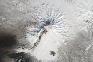 El volcán Shiveluch, en Rusia, desde el Landsat 8 Foto:Vía nasa.gov. Imagen Por: