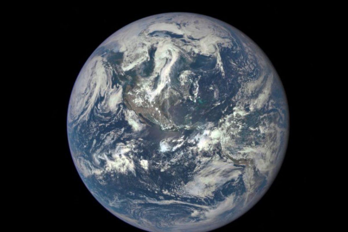La NASA dio a conocer la primera foto de la tierra totalmente ilumunada, desde el espacio. Foto:Vía nasa.gov. Imagen Por: