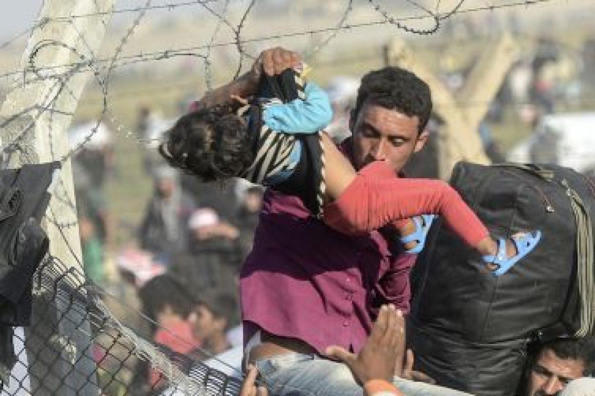 Miles de sirios se han movilizado hasta la frontera con Turquía, esto para escapar del grupo terrorista Estado Islámico. Foto:AFP. Imagen Por: