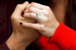 7. El doctor Goulston recomienda andar al lado de la pareja, y mejor aún si se toman la mano. Foto:Getty Images. Imagen Por: