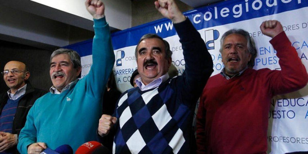Gajardo celebra con puño en alto la aprobación de legislar Carrera Docente
