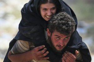 En junio, el desespero por llegar a una zona segura motivó a los sirios a romper una verja para huir de la ciudad Tal Abyad, que es controlada por ISIS y llegar a Turquía. Foto:AP. Imagen Por: