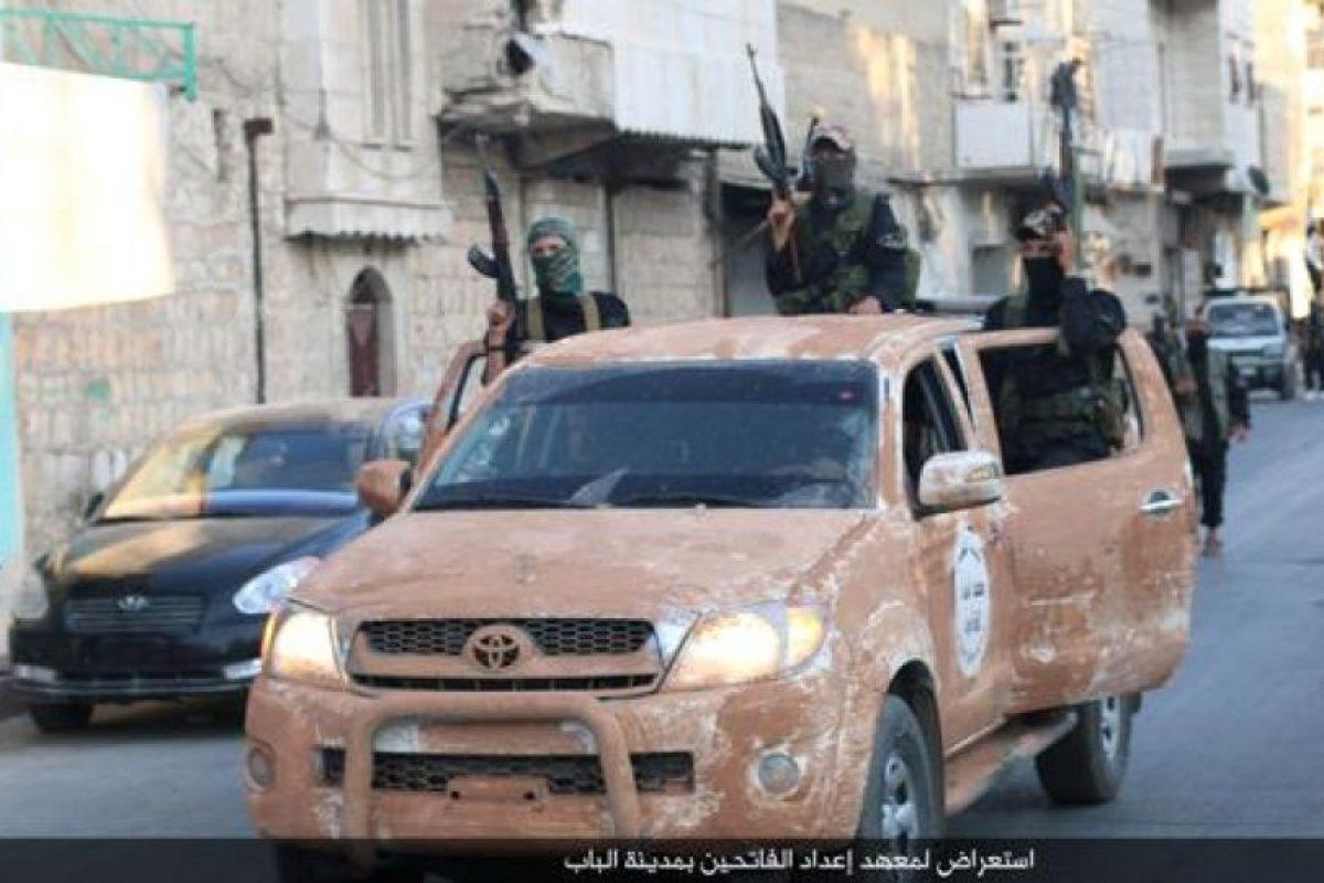 Realizó un desfile militar en Aleppo, Siria, como parte de sus actividades Foto:Twitter.com/raqqa_mcr. Imagen Por: