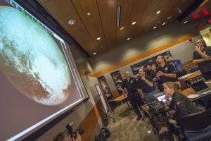 La NASA confirmó que las manchas blancas que se ven en las imágenes de Plutón es hielo de metano e hidrógeno. Foto:AP. Imagen Por: