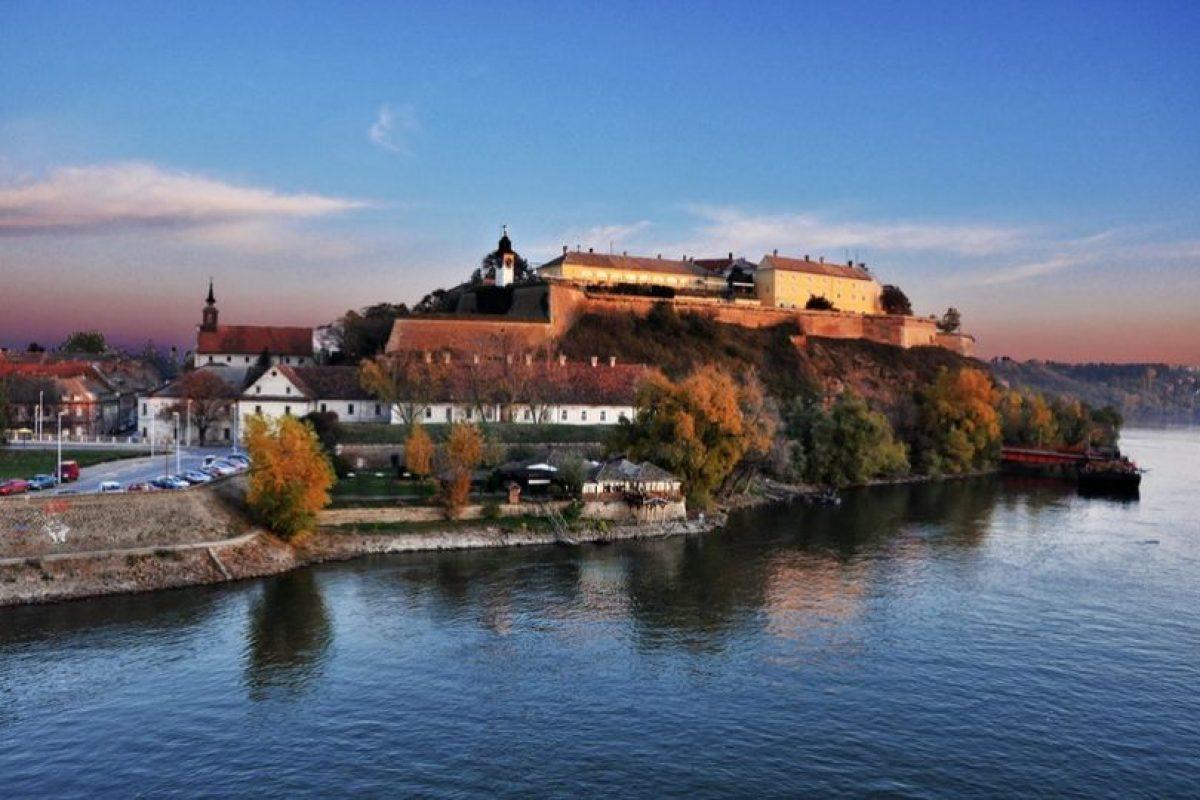 """Situado sobre una colina, en la orilla derecha del río Danubio, Petrovaradin Fortaleza es un sitio ideal para festivales musicales. En él se raliza el mejor festival europeo musical el """"Festival EXIT"""". Foto:Wikimedia. Imagen Por:"""