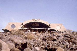 """Arcosanti es un """"laboratorio urbano"""" ecológico situado en 25 acres en el desierto de Arizona. En él se encuentra un anfiteatro al aire libre, cuenta con invernaderos, jardines y campos de cultivo ademas de edificios interesantes. Un lugar impresionante para disfrutar festivales musicales. Foto:bateig.com. Imagen Por:"""