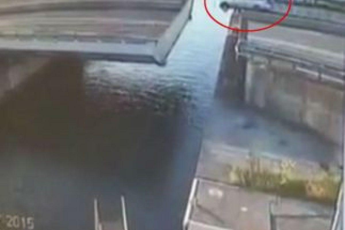 Este es el momento exacto en el que la camioneta sufre el accidente Foto:Vía Youtube/WereldRegio Schouwen-Duiveland. Imagen Por: