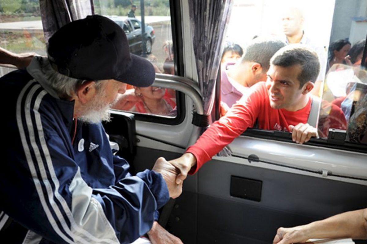 En enero de este año Obama anunció la eliminación de restricciones para viajar a Cuba, aunque aún no pueden viajar con fines turísticos. Quienes estén dentro de una de las 12 categorías establecidas podrán viajar con una licencia general y no tendrán que solicitar una licencia específica como en el pasado. Los viajeros también pueden usar sus tarjetas de crédito en Cuba, acción que estaba prohibida. También pueden traer 400 dólares en mercancía y 100 dólares en alcohol o tabaco. Foto:AFP. Imagen Por: