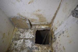 Por este hoyo de cerca de 50 centímetros por 50 centímetros escapó Foto:AFP. Imagen Por: