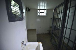 Esta es la vista de la celda desde la regadera, lugar donde escapó Foto:AFP. Imagen Por: