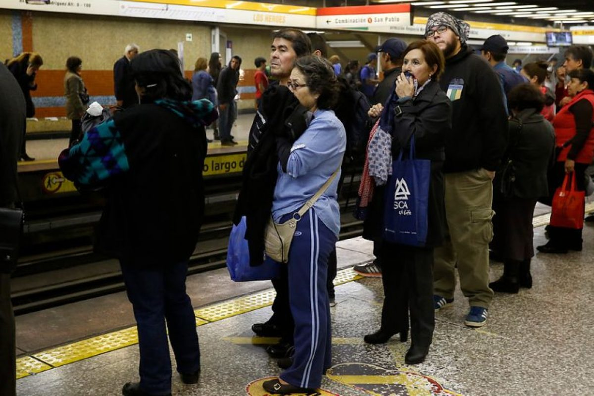 Respuesta: B) Porque Contraloría reveló retrasos en la mantención de sus trenes Foto:Agencia Uno. Imagen Por: