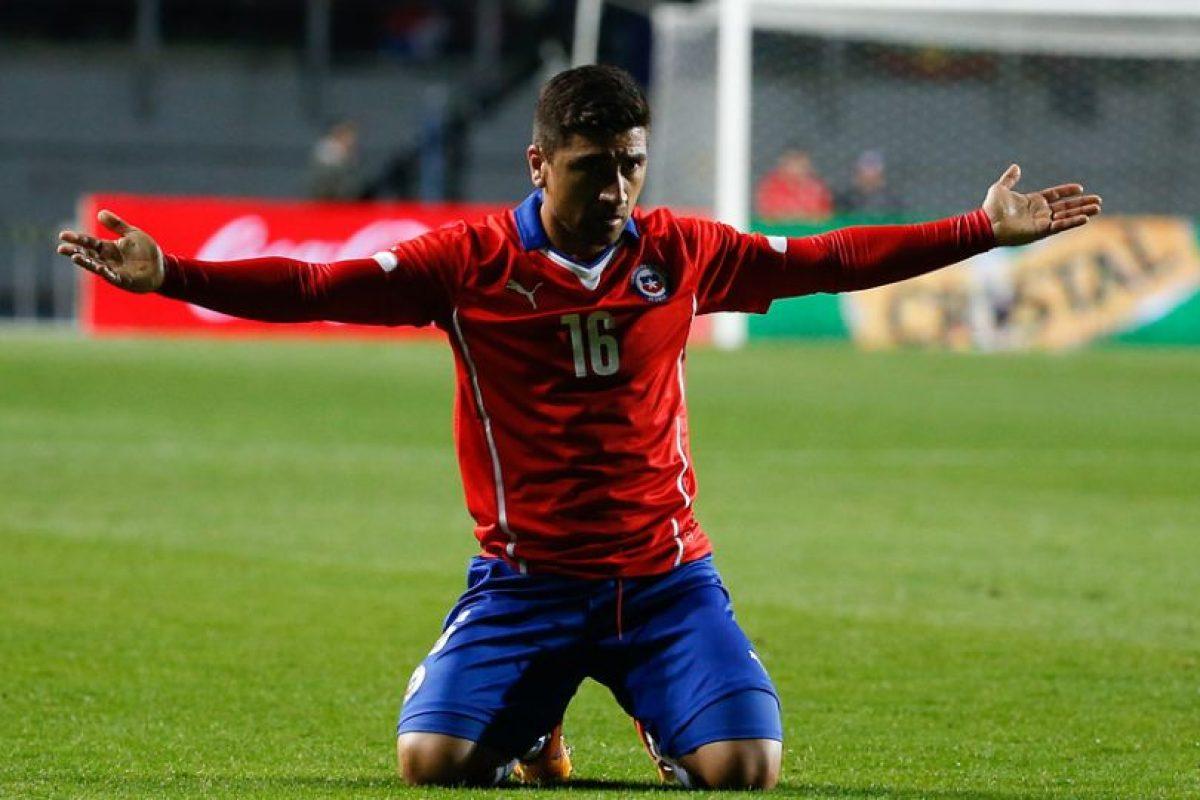 A) Firmó contrato con el Bayer Leverkusen B) Dijo que renunciaría a la Selección chilena C) Firmó contrato con Santiago Wanderers E) Firmó contrato con Colo Colo Foto:Agencia Uno. Imagen Por: