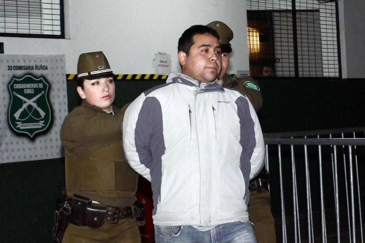 Personal de la 33 comisaria de Ñuñoa traslada al centro de justicia a los presuntos autores del baleo en la cabeza y muslo del subteniente Oscar Muñoz ocurrido en horas de la tarde de ayer y que lo tiene en estado critico en el Hospital Militar. Foto:Agencia UNO. Imagen Por: