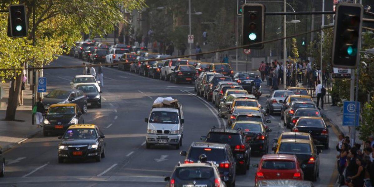 Por estas razones quieren cobrar por entrar al centro de Santiago en auto