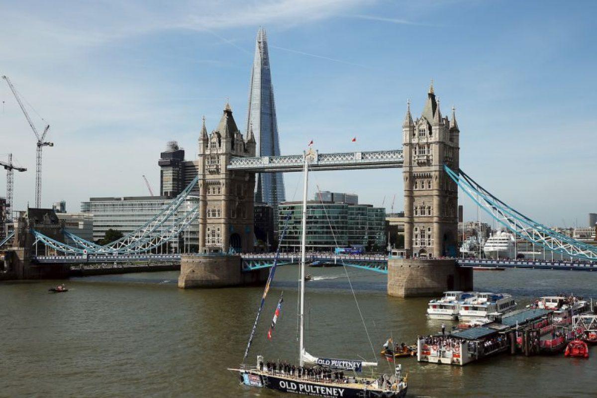 Así que se lanzó desde el Tower Bridge de Londres. Foto:Getty Images. Imagen Por: